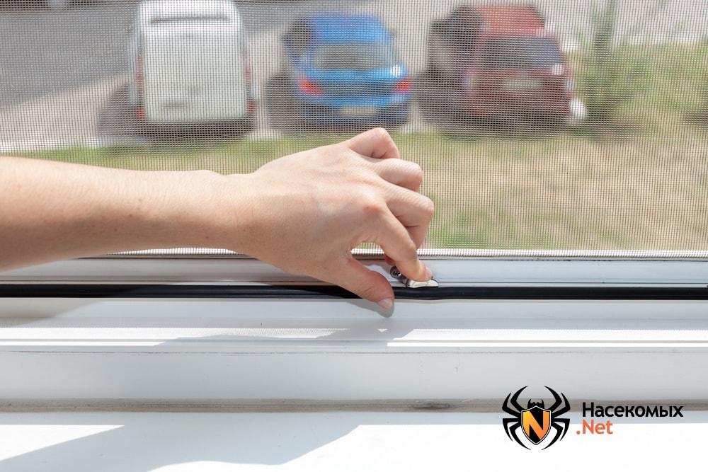 Сетка на окне против комаров